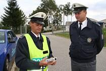 Dopravní policisté Imrich Jarina a Martin Grožaj připravují digitální přístroj Dräger, který okamžitě odhalí alkohol v dechu jednotlivých řidičů.