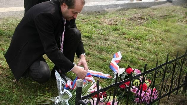 Prachatický starosta Martin Malý pokládá květiny k pomníku.