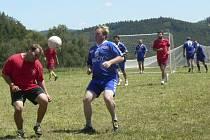 KVALITNÍ TURNAJ. Pátý ročník turnaje v malém fotbale ve Dvorech se vydařil k všeobecné spokojenosti. Vítězství nakonec slavili hráči celku z Lažišť, kteří jsou zde jako doma.