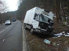 Řidič  nákladního auta převážejícího mléčné výrobky vyjel při cestě ze Čkyně zatím z nezjištěných příčin částečně do protisměru, kde kabinou zachytil o právě projíždějící nákladní mercedes.