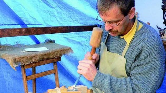 ŘEMESLNÍCI. Když slavnosti dřeva, tak také ukázky, jak se s ním pracovalo v minulosti. Návštěvníci slavností měli příležitost zhlédnout, co šikovné ruce dokáží.