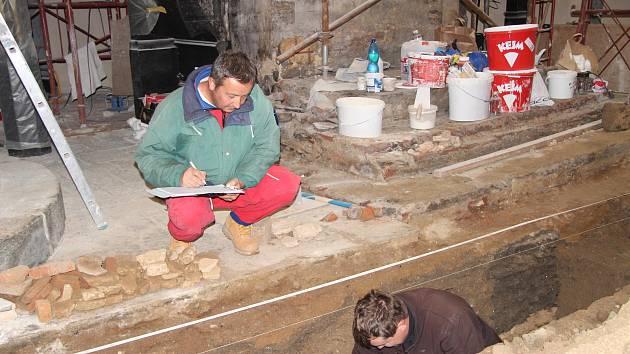 Součástí rozsáhlé rekonstrukce prachatického kostela sv. Jakuba je badatelský výzkum archeologů Prachatického muzea.