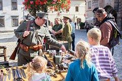 Uniformy a historické vybavení policistů a vojáků bylo k vidění na Velkém náměstí v Prachaticích.