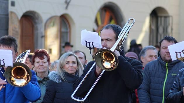 Na Štědrý den v poledne si na náměstí a koledy s dechovkou našlo cestu několik stovek Prachatičáků.