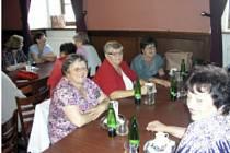 Bývalí zaměstnanci vimperského Šumavanu se sešli ve Zlaté hvězdě.