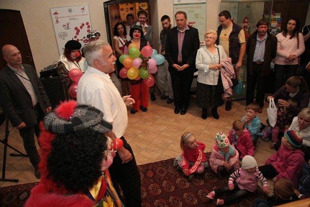 Muzeum české loutky a cirkusu vPrachaticích zahájilo vúterý slavnostní vernisáží novou výstavu věnovanou klaunům.