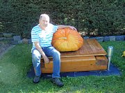Jiří Vávra a jeho dýně, která vážila 66,4 kilogramu.