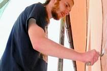 Petr Veselý opravuje kletovanou bosáž