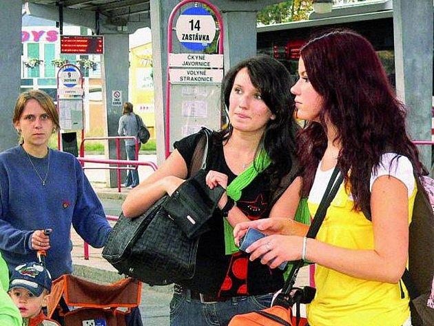 ZAPOMNĚTLIVOST SE NEVYPLÁCÍ. Cesta autobusem nebo vlakem se může nepozorným cestujícím prodražit.