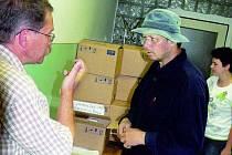V PŘÍPRAVÁCH. Soukromí veterináři včera 20. srpna na okresním inspektorátu přebírali vakcíny. Na snímku jeden z nich Jiří Oulický.