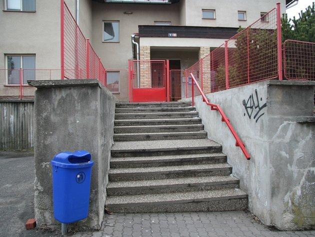 Další překážkou pro maminky, které jdou klékaři sdítětem vkočárku, jsou ityto schody bez nájezdových ramp.