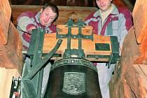 UŽ ZVONÍ. Věž hřbitovního kostela sv. Petra a Pavla se od včerejšího dopoledne 15. prosince pyšní novým zvonem. O zavěšení se postarali (zleva)  Roman Hrbáček a Rostislav Bouchal z Brodku u Přerova.
