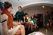 Nejnovější výstava v galerii Neumannka v Prachaticích je věnována tvorbě české designérky  Heleny Dařbujánové. Páteční vernisáž doplnila módní přehlídka návrhářky Mimi Lan.