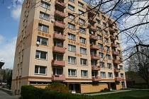 Obyvatele panelového domu v České ulici v Prachaticích čekají přes léto bojové podmínky. Město jim nechá vyzdít bytová jádra.