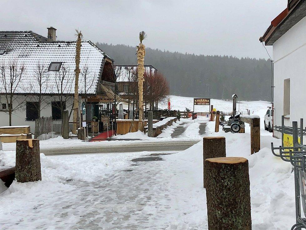 V šumavské Kvildě jsou v ulicích jen policisté a armáda, turisté zmizeli. Foto: Václav Vostradovský