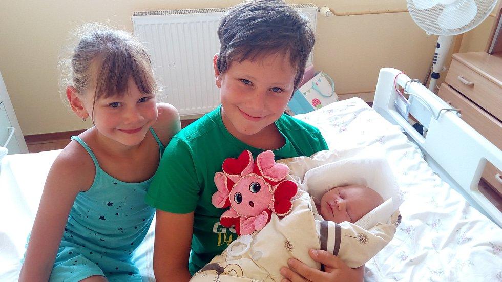 ADÉLKA HODINOVÁ, PRACHATICE. Narodila se ve čtvrtek 18. července v 10 hodin a 34 minut v prachatické porodnici. Vážila 3400 gramů. Má sourozence Kubíka a Káťu. Rodiče: Petra a Miroslav Hodinovi.