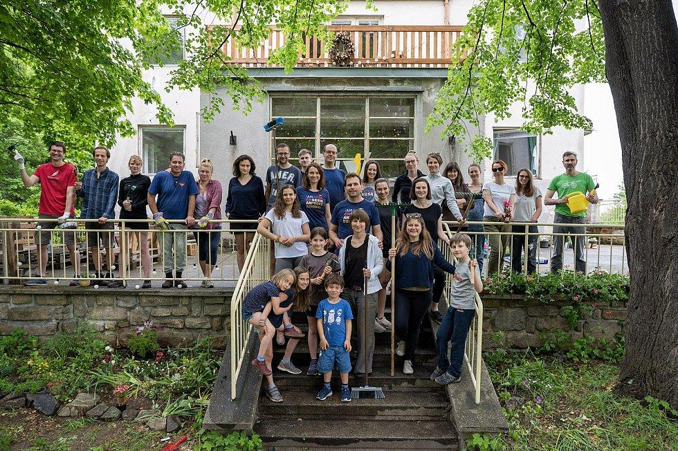 Kralova vila v Prachaticích září, na pomoc s úklidem přijeli dobrovolníci.