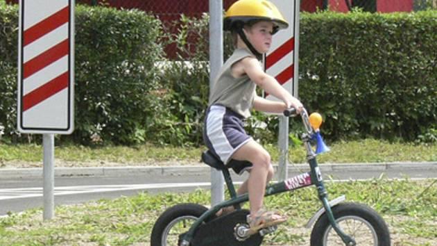 HŘIŠTĚ JE ZBRUSU NOVÉ. Už při čtvrtečním přebírání nového dopravního hřiště si ho přijel vyzkoušet jeden z malých řidičů. Ten otestoval nejen nové semafory, ale také kruhovou křižovatku.