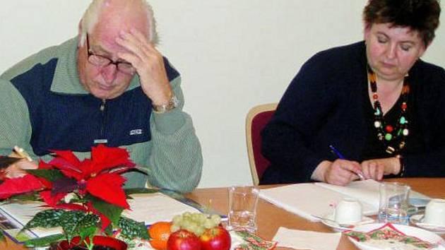 SNAŽILI SE. Rada seniorů se sešla v prachatické radnici, aby zhodnotila svoji roční činnost.