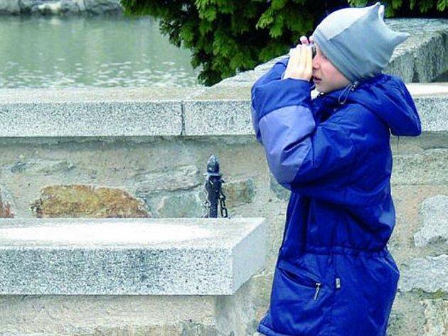 POTŘEBNÁ DOKUMENTACE. Fotografii zámku si o víkendu na památku udělal i jeden z mladších návštěvníků.