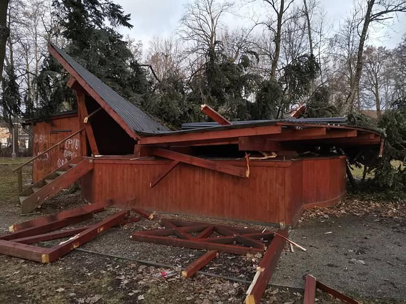 Letní parket ve Zdíkově je zničil spadlý strom.