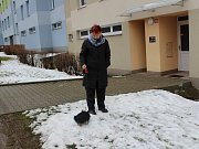 Co dvě hodiny chodí venčit Marie Bednárová z Prachatic jorkšíra Endíka mezi paneláky.