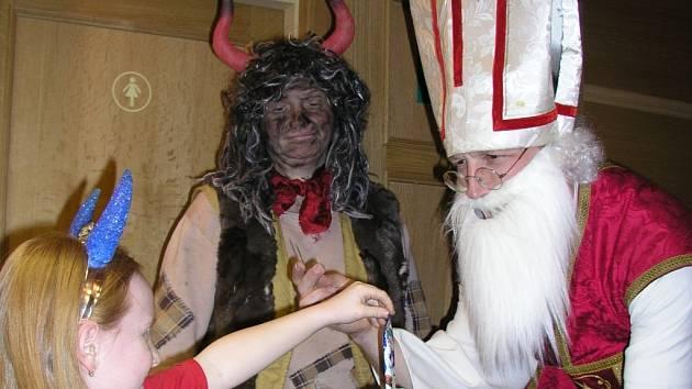 Andělé, čerti a Mikuláši dostali čokoládový pamlsek a dokonce nemuseli ve středu ve vimperském kině platit vstupné.