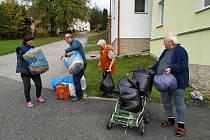 Chrobolší sbírají věci pro oběti požáru v Lenoře.