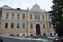 Historická budova gymnázia ve Vimperku.