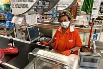 Osm hodin v roušce za pokladnou nebo při doplňování zásob do regálů musejí vydržet prodavačky v prachatickém Ternu. Jednou z nich je Jana Sosnová.