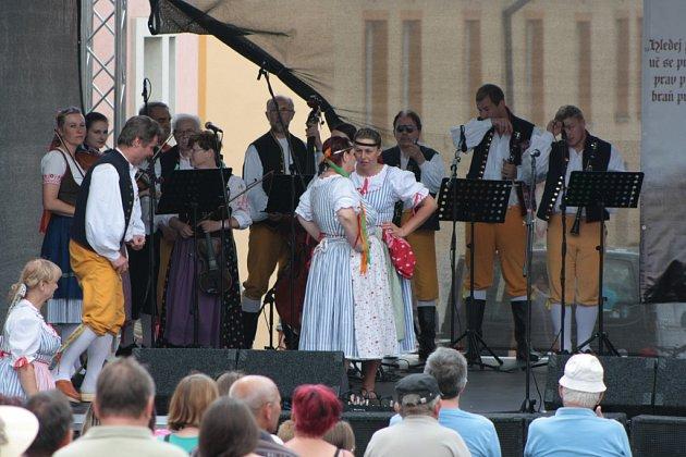 Pondělí bylo posledním dnem zčtyřdenních Husových slavností vHusinci. Program se přesunul hlavně na Prokopovo náměstí, kde stálo hlavní pódium. Diváci mohli přijít ikpódiu uhasičárny nebo do zahrad Centra Mistra Jana Husa.