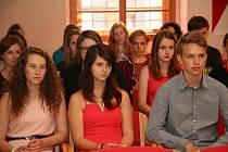 Studenti kvarty Gymnázia v Prachaticích při předávání Pamětních listů města v Radničním sále.