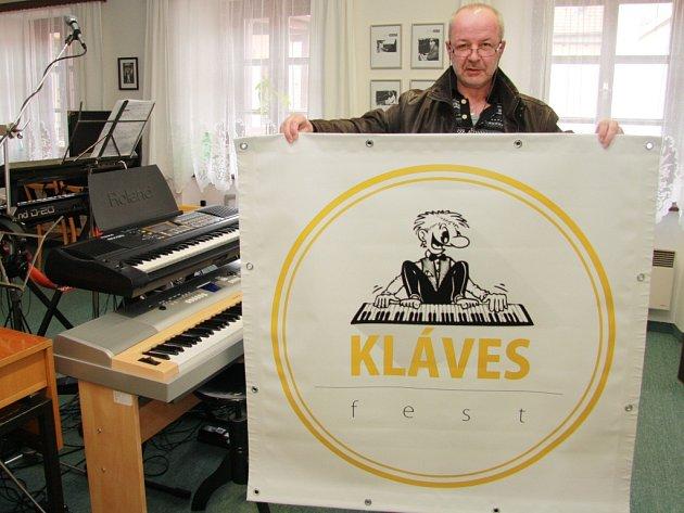 Jan Markovec drží v ruce zbrusu nový banner na národní přehlídku Klávesfest 2015 ve Lhenicích.