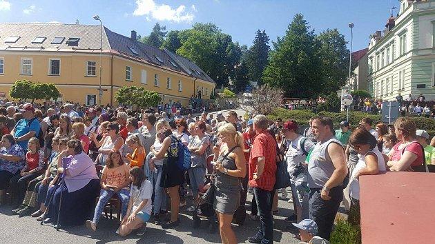 Lidé již netrpělivě čekají na příchod prezidenta Miloše Zemana na parkovišti před hotelem Zlatá hvězda vulici 1.máje ve Vimperku.