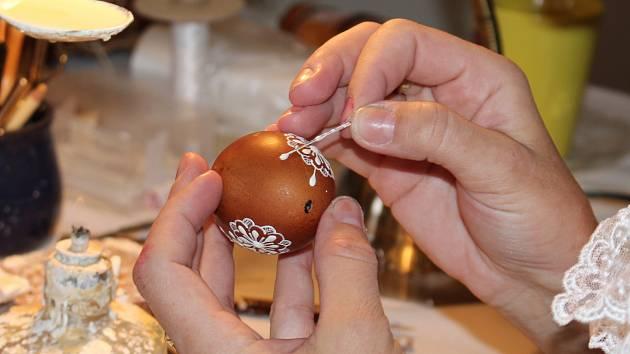 Prachatické muzeum připravilo ukázky velikonočních tradic. Malování kraslic ukázala Lenka Volková, pletení pomlázky Miroslav Ševčík.