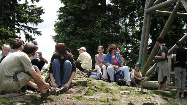 Boubínská kaple sv. Huberta má šanci se stát jedním z nejvýše položených poutních míst na Šumavě. Sobotní premiéra se totiž vydařila a bohoslužby se účastnila více než padesátka poutníků.