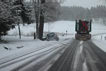 Husté sněžení komplikuje jízdu na trase z hraničního přechodu Strážný na Vimperk.