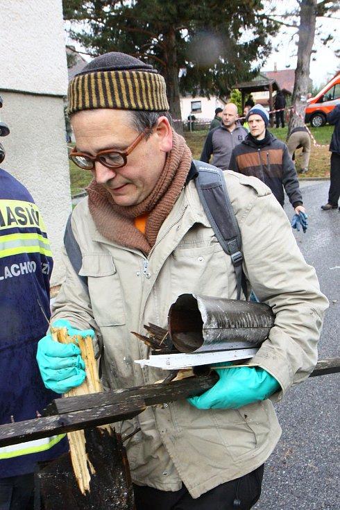 Úklid, do kterého se pustili dobrovolníci a následky výbuchu v bytech.