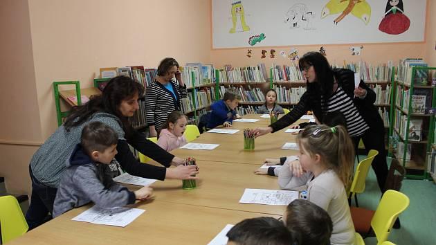 Děti z volarské školky zašly do knihovny na povídání o tom, jak se tvoří nemocnice.