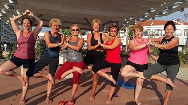 Jóga provází sportovní život cvičitelky Hanky Šimákové mnoho let. S cvičenkami vyráží každý rok na dovolené po Česku nebo k moři.