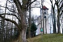 Na návrší někdejší svatyně stojí kaple sv. Jana a Pavle, původně malý románský kostelík z poloviny 13. století.