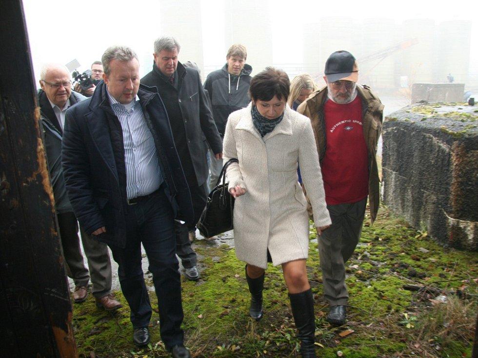 Starostka Lhenic Marie Kabátová doprovází ministra životního prostředí Richarda Brabce do skladu nebezpečných látek, ke kterým se roky nikdo nezná. Představují přitom vysoké zdravotní riziko nejen pro místní obyvatele.