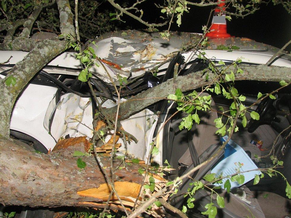 Těžká zranění utrpěl řidič audi poblíž Kahova.