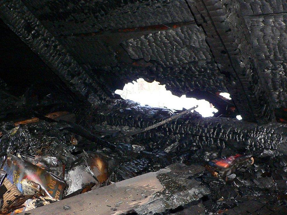Požár se z jednoho domu na druhý rozšířil z neobývaného půdního prostoru.