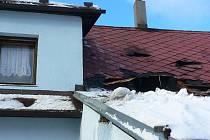 Dva rodinné domy ve Volarech zasáhly plameny. V sobotu kolem půl třetí ráno už plameny šlehaly skrz střechu.