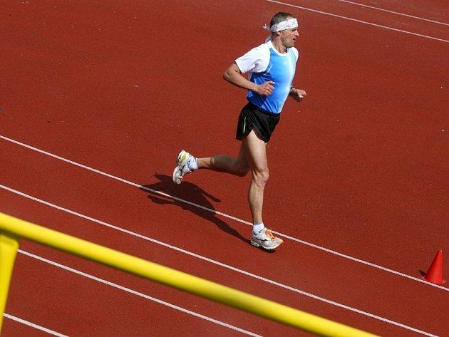 Čtyřicet dva tisíc sto devadesát pět metrů závodníci zdolali za dvě hodiny padesát jedna minut. Podporu na trati našli rovněž ve zkušených maratónských běžcích Miloši Škorpilovi a Janu Kocourkovi. Vysloužili si tak zápis do databáze českých rekordů.