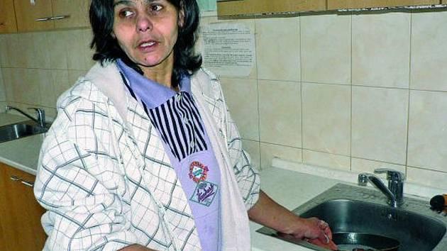 SPOKOJENÁ. Jedna z maminek, která žije v charitním domově, při práci v místní kuchyňce.