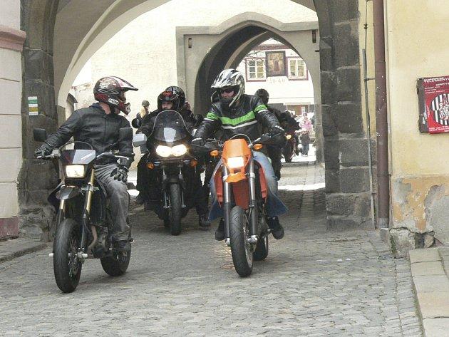 Motorkáři vyrazili na první jarní. K vidění bylo přes stovku krásných strojů.