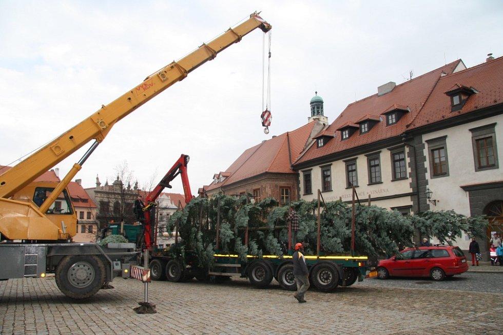Rok od roku je instalace vánočního stromu v centru Prachatic sehranější záležitostí.