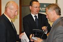 Starosta Vimperka Pavel Dvořák (vlevo) a vedoucí odboru kultury, školství a cestovního ruchu Miloš Beneš přebírají cenu.